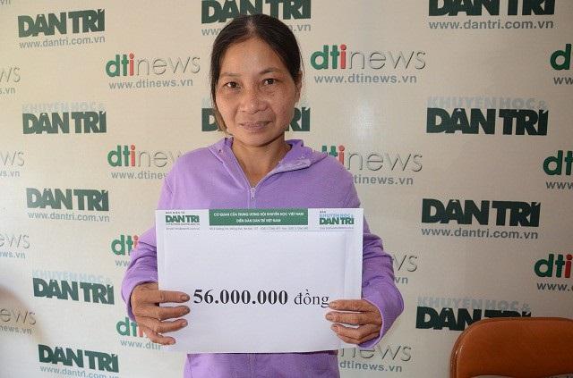 Trước đó, tại báo Dân trí, chị Chanh nhận số tiền bạn đọc ủng hộ qua quỹ Nhân ái tuần 1/4/2018