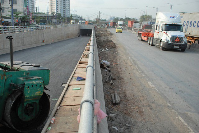 Hiện TPHCM vẫn chưa có nguồn vốn để khép kín đường Vành đai 2 và triển khai xây dựng đường Vành đai 3 (Trong ảnh: hầm chui nút giao Mỹ Thuỷ trên đường Vành đai 2)
