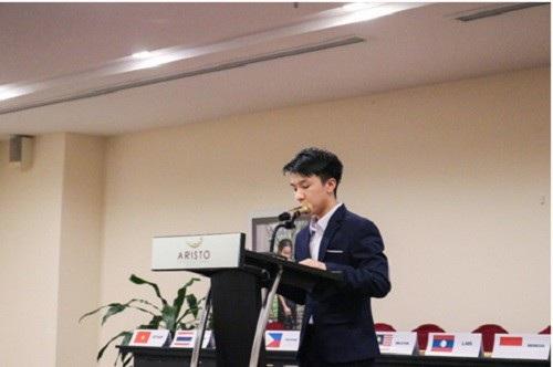 """Em Vũ Lê Thành, học sinh chuyên Anh trường THPT Chuyên tỉnh Lào Cai được nhận học bổng chương trình """"Học giả trẻ toàn cầu"""" của trường Đại học Yale (Mỹ)."""