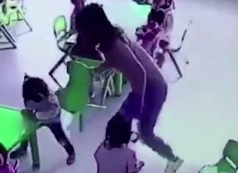 Cô giáo bất ngờ rút ghế khi bé gái đang ngồi xuống khiến em ngã ngửa ra sau