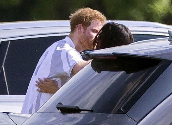 Một trong những bức ảnh được lan truyền rộng rãi trên truyền thông về Hoàng tử Harry và diễn viên Meghan là ảnh cặp đôi khóa môi tại một sự kiện từ thiện.