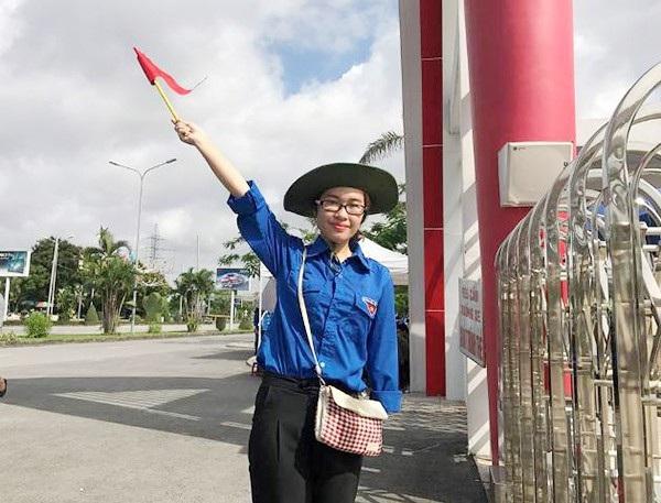 Hình ảnh Hồng Mai truyền nhiệt huyết cho những bạn trẻ đang khoác áo xanh tình nguyện