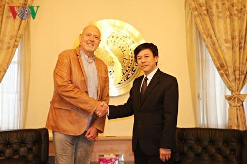 Đại sứ Hồ Minh Tuấn và Chủ tịch Nhóm Nghị sỹ hữu nghị Séc-Việt.