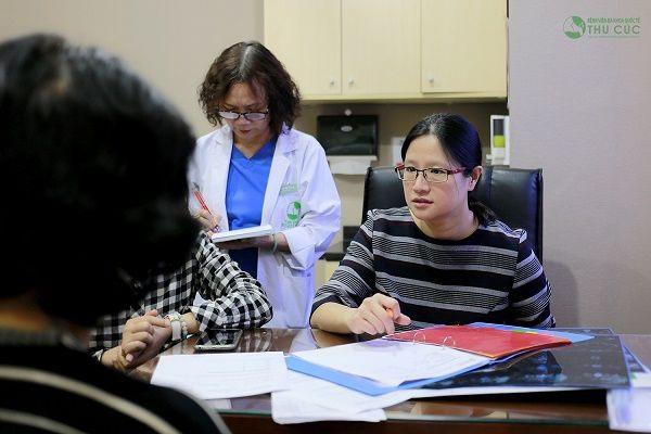 TS. BS See Hui Ti tư vấn điều trị cho bệnh nhân ung thư tại Bệnh viện Thu Cúc