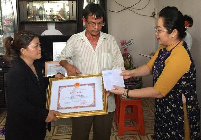 Đại diện Ban Thi đua khen thưởng tỉnh Đồng Nai trao Bằng khen của Chủ tịch UBND tỉnh cho gia đình hiệp sĩ Nguyễn Hoàng Nam (ảnh Vĩnh Thuỷ)