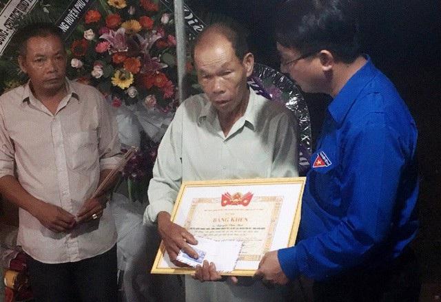 Đại diện Trung ương Đoàn trao bằng khen cho hiệp sĩ Nguyễn Văn Thôi (ảnh Doãn Công)