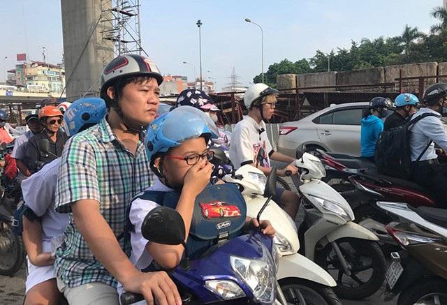 Ô nhiễm không khí, ùn tắc giao thông là một trong những vấn đề bức xúc của TP Hà Nội hiện nay