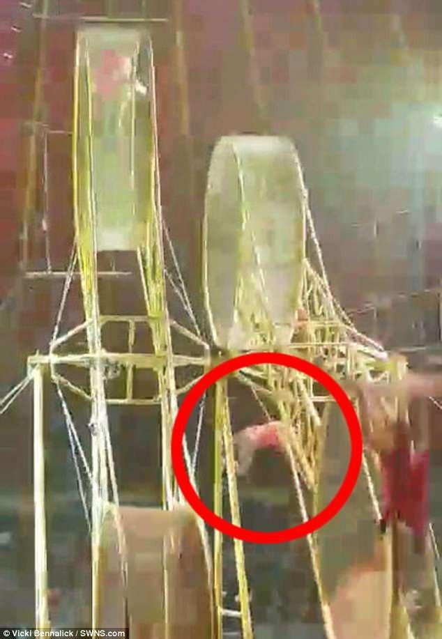 Nghệ sĩ xiếc Navas Haurigui (23 tuổi) đã bị bay ra khỏi vòng quay khổng lồ.