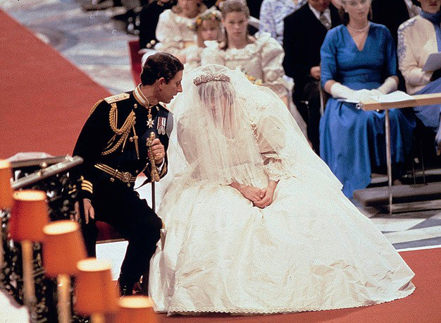 Thái tử Anh Charles và Công nương Diana Spencer cùng nhau tổ chức lễ cưới tại nhà thờ St. Paul ở London ngày 29/7/1981. Váy cưới màu trắng của Công nương Diana, người được xem là biểu tượng thời trang của nước Anh, nhận được nhiều sự chú ý của công chúng.