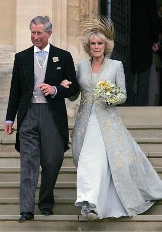 Thái tử Charles kết hôn lần hai với Công tước xứ Cornwall Camilla tại nhà thờ St George ở Windsor, Anh hồi tháng 4/2005. Cô dâu Camilla chọn một thiết kế khác biệt so với các mẫu váy cưới màu trắng truyền thống.