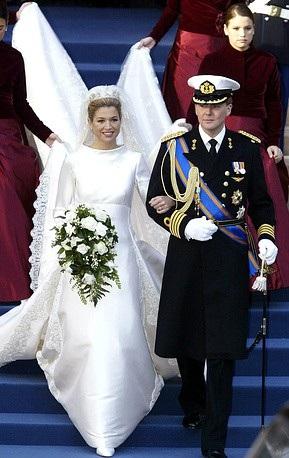 Cô dâu Maxima Zorreguieta khoác tay Thái tử Hà Lan Willem-Alexander trong lễ cưới tại Amsterdam năm 2002. Maxima sinh ra tại Argentina và làm việc tại New York, Mỹ vào thời điểm gặp Thái tử Willem-Alexander.