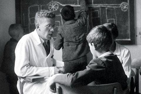Bác sĩ Hans Asperger hoàn toàn ủng hộ học thuyết ưu sinh của Đức Quốc xã