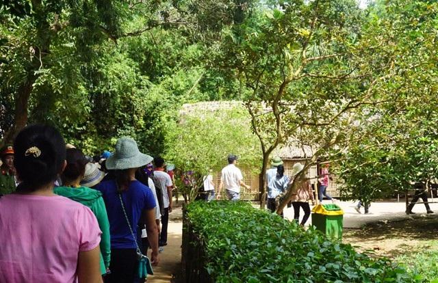 Dòng người về thăm căn nhà đơn sơ tại Làng Sen - nơi Bác Hồ trải qua những năm tháng ấu thơ
