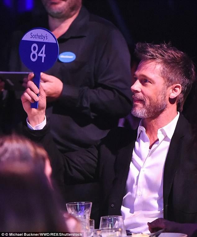 """Tại buổi đấu giá, Brad Pitt đã tích cực ra giá, khiến nữ diễn viên """"vui thầm trong lòng"""", nhưng rồi tới phút cuối, một vị khách lạ bất ngờ chi ra 160.000 USD, vượt qua mức giá của Brad Pitt và giành chiến thắng, khiến Emilia Clarke có chút """"thất vọng""""."""