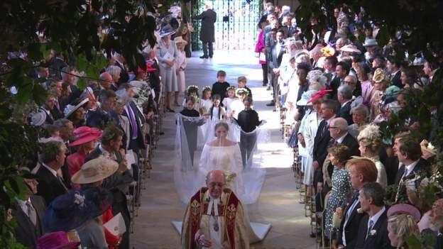 Cô dâu Meghan vào lễ đường cùng với dàn phù dâu, phù rể. (Ảnh: BBC)