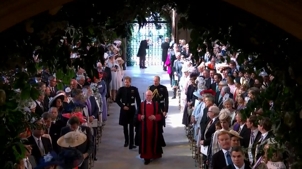 Hoàng tử Harry và Hoàng tử William mặc quân phục bước vào lễ đường để chờ đón cô dâu.