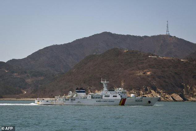 Lực lượng Tuần duyên Hàn Quốc phát hiện 2 người Triều Tiên đào tẩu ở khu vực phía bắc đảo Baengnyeong sáng 19/5. (Ảnh: AFP)