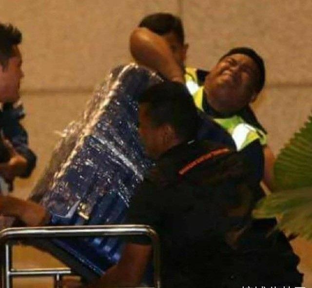 Cảnh sát phát hiện 72 vali đựng tiền, kim cương và các trang sức có giá trị khác bên trong một căn hộ của vợ chồng ông Najib ngày 17/5. (Ảnh: Twitter)