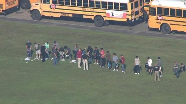 Các học sinh của trường tập hợp lại sau vụ tấn công. (Ảnh: Getty)