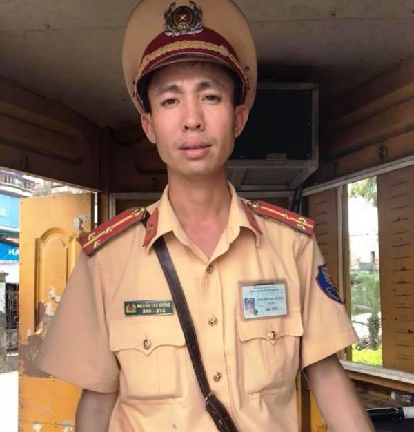 Thượng úy Nguyễn Văn Hưởng, thuộc Đội CSGT thành phố Phủ Lý, tỉnh Hà Nam