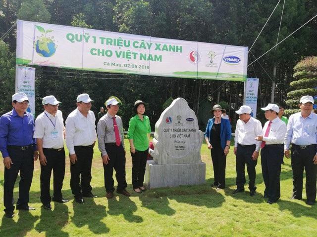 Chủ tịch Quốc hội cùng đại diện lãnh đạo Bộ, ngành và tỉnh Cà Mau mở khăn phủ phiến đá lưu niệm lễ trồng cây.