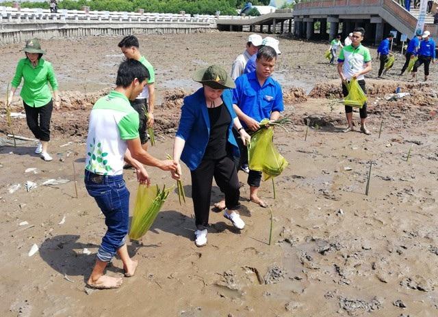 Chủ tịch Quốc hội lội bùn trồng cây tại điểm cực Nam Tổ quốc - 4