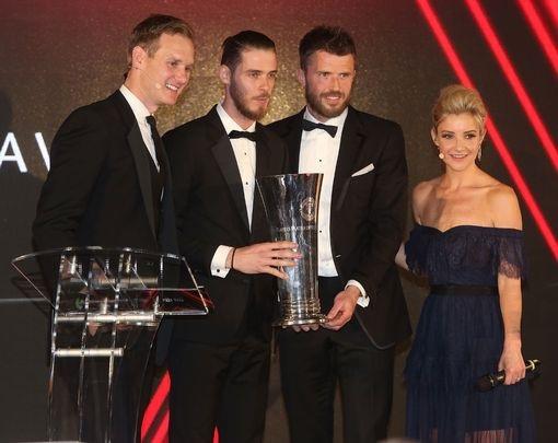 Michael Carrick (thứ hai từ phải trang) đại diện cho cầu thủ trao giải Cầu thủ xuất sắc nhất mùa giải do cầu thủ bình chọn cho thủ thành David De Gea (thứ hai từ trái trang)