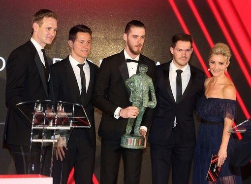 Ander Herrera (thứ hai từ trái sang) đại diện cho MU trao giải thưởng mang tên Sir Matt Busby cho thủ thành De Gea (giữa)