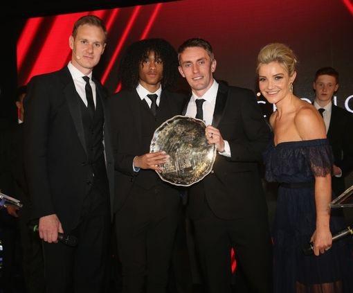 Tahil Chong (thứ hai từ trái sang) nhận danh hiệu Cầu thủ trẻ xuất sắc nhất mùa giải