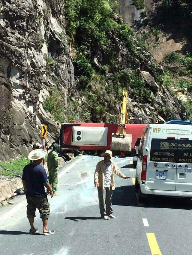 Vụ tai nạn nghiêm trọng xảy ra trên đèo Khánh Lê (xã Sơn Thái, huyện Khánh Vĩnh, tỉnh Khánh Hòa) khiến 3 người tử vong, 20 người bị thương. (Ảnh: Viết Hảo)