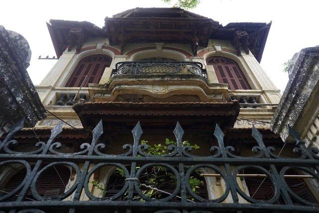 Hà Nội còn khá nhiều biệt thự có từ thời Pháp nằm ở những vị trí đắc địa với vẻ ngoài cổ kính đẹp mắt nhưng bên trong đã xuống cấp trầm trọng, xập xệ đến mức ít ai có thể tưởng tượng được. (Ảnh: Hữu Nghị)