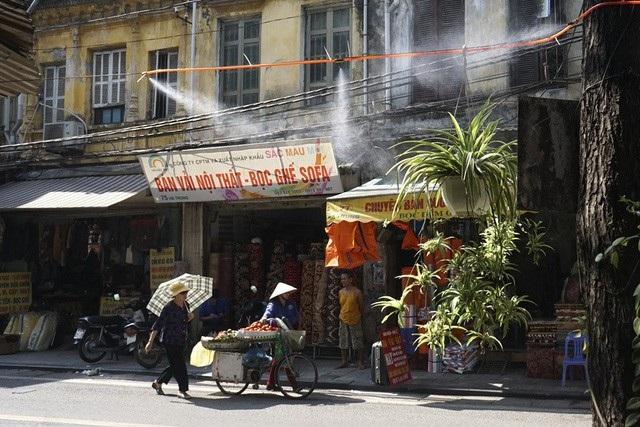 Hà Nội bước vào đợt nắng nóng trên diện rộng với nhiệt độ lên tới 38 độ C. Nắng như đổ lửa, người dân ra đường đều phải dùng mọi biện pháp để chống lại thời tiết khắc nghiệt khi mùa hè đến... (Ảnh: Hữu Nghị)