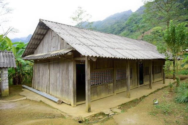 Điểm chính của Trường mầm non Nà Kiềng nhưng các phòng học hết sức tạm bợ, với 3 phòng học được thưng bằng gỗ, mái lợp bờ rô xi măng và 1 phòng học mượn của nhà văn hóa thôn