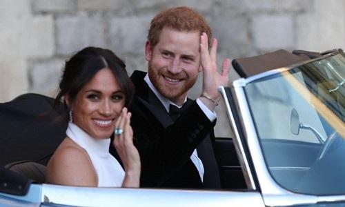 Cô dâu mới Meghan đeo trên tay chiếc nhẫn màu xanh da trời. (Ảnh: PA)