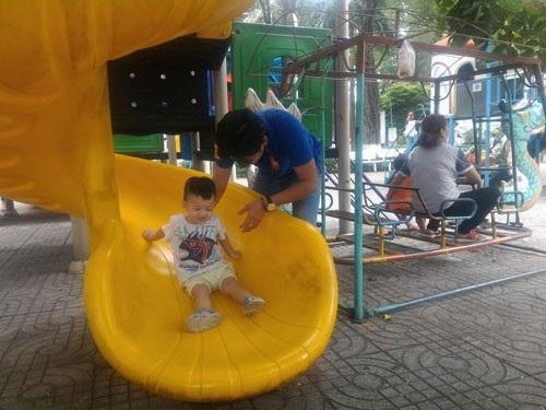 Nên cho trẻ ra ngoài chơi để được vận động, tiếp xúc trẻ khác và môi trường khác. Ảnh: TRỊNH THIỆP