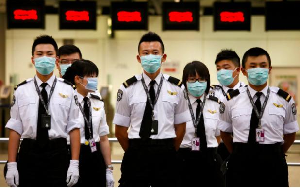 Nhân viên cảng Hồng Kông đeo khẩu trang bảo vệ trước bệnh cúm heo trong đại dịch toàn cầu năm 2009