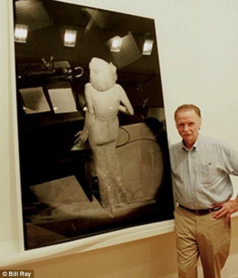 Nhiếp ảnh gia Bill Ray xuất hiện bên bức ảnh trứ danh trong sự nghiệp.