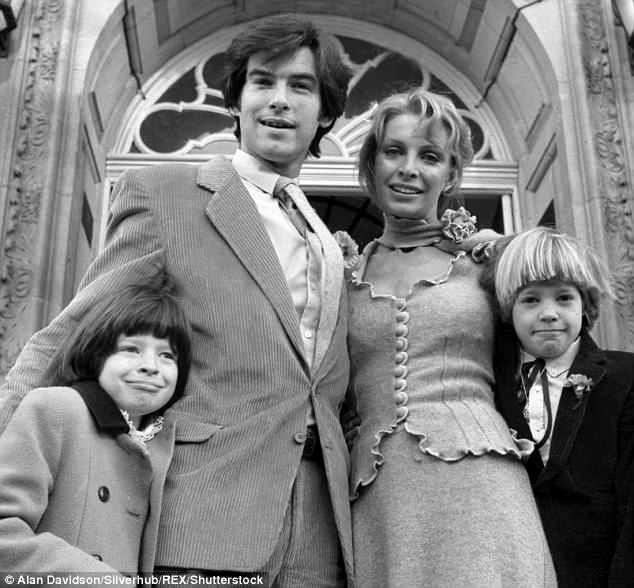 Brosnan và người vợ đầu - Cassandra Harris và các con.