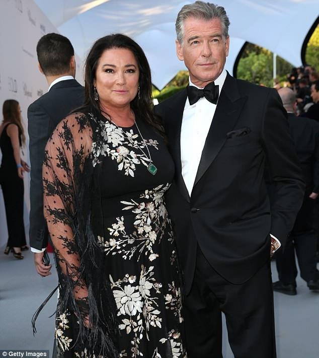Brosnan và người vợ hiện tại - người vợ thứ hai của ông - bà Keely Shaye Smith (54 tuổi). Họ cùng xuất hiện tại buổi đấu giá tranh vừa diễn ra ở Pháp.