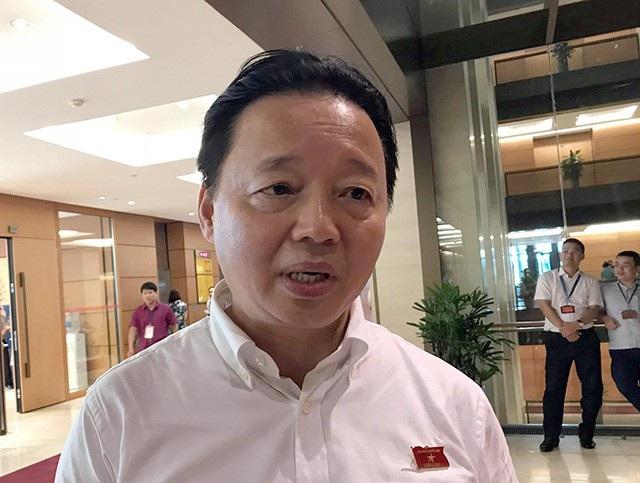 Bộ trưởng Bộ Tài nguyên và Môi trường Trần Hồng Hà trao đổi với báo chí bên hành lang Quốc hội