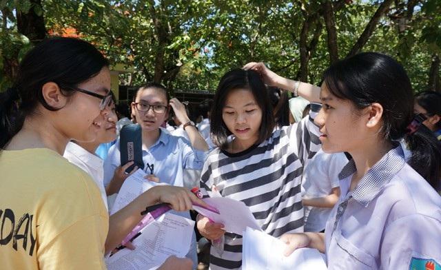 Các thí sinh bàn luận sau buổi thi đầu tiên kỳ thi tuyển sinh lớp 10 THPT tại Nghệ An năm học 201-7-2018