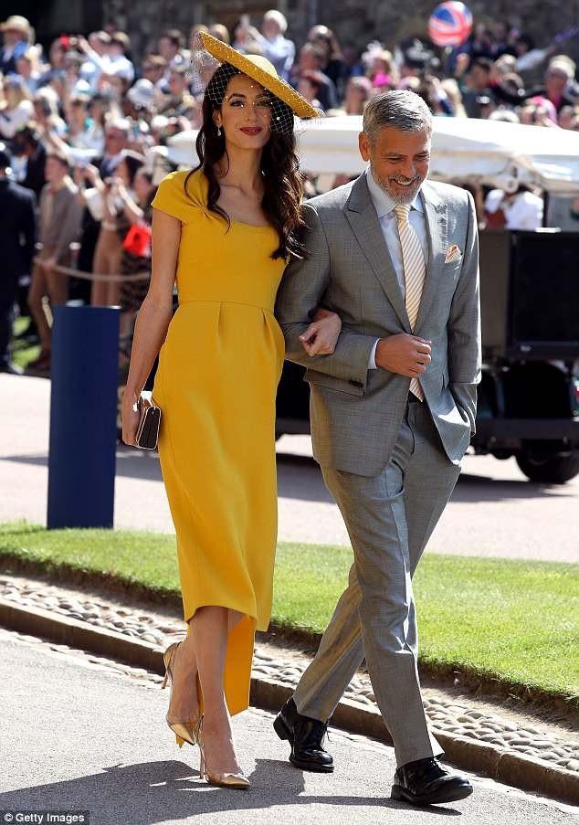 """Amal Clooney đã khiến những tìm kiếm về """"váy vàng"""" tăng 1.500%."""