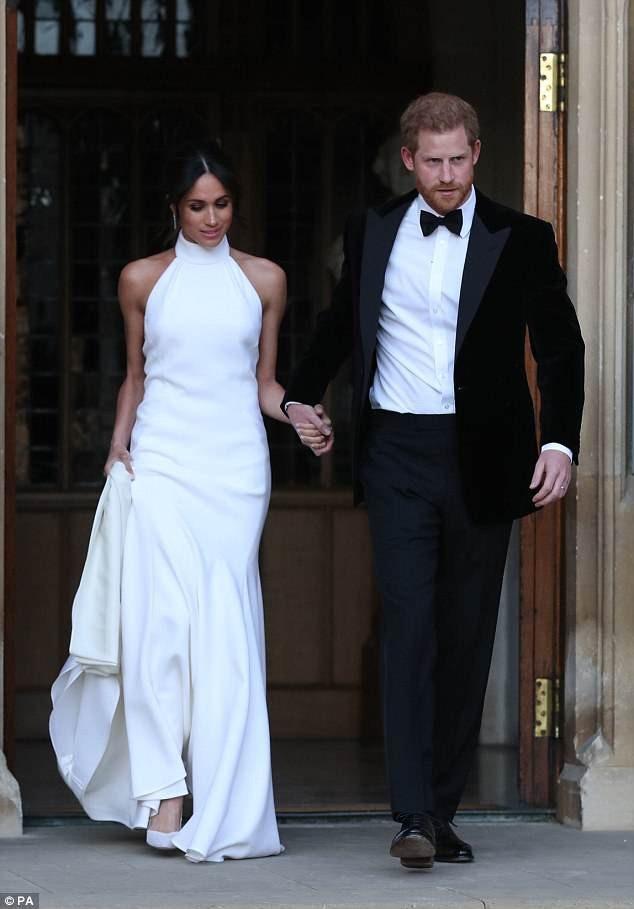 Tân công nương Hoàng gia Anh - Meghan Markle - cũng xuất hiện ấn tượng trong chiếc đầm trắng của nhà mốt Stella McCartney vào bữa tiệc tối cùng ngày diễn ra lễ cưới.