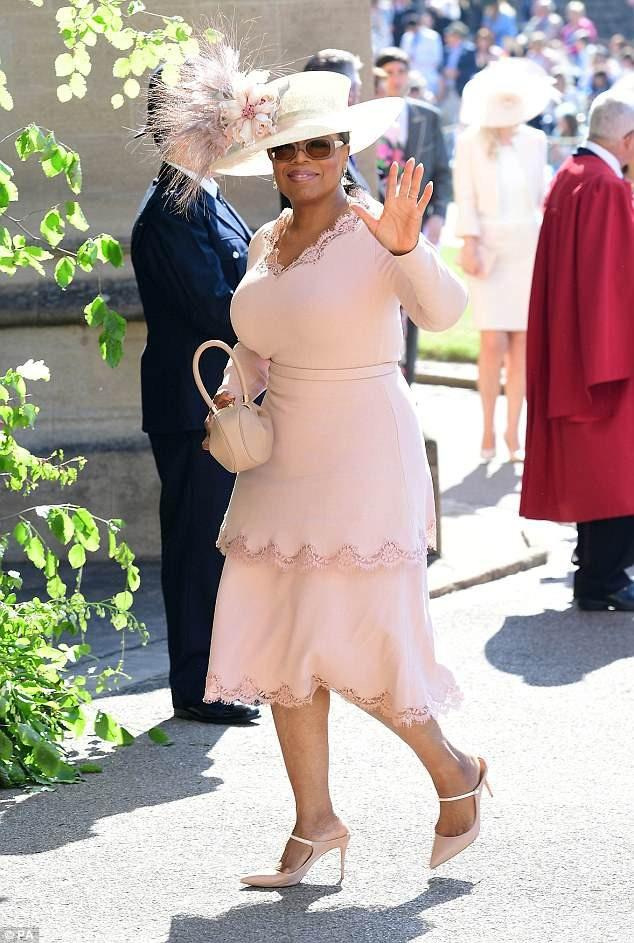 Còn một khách mời khác nữa cũng mặc đầm của Stella McCartney, đó là MC truyền hình người Mỹ Oprah Winfrey. Ê-kíp của nhà mốt đã thực hiện chiếc váy này trong 24 tiếng đồng hồ, sau khi bộ đầm mà Oprah Winfrey định mặc gặp vấn đề.