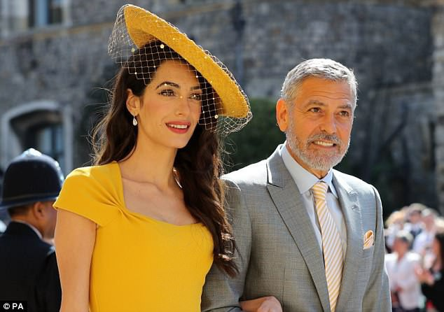 Người vợ xinh đẹp của George - cô Amal - chọn cách để tóc buông dài, xoăn nhẹ.
