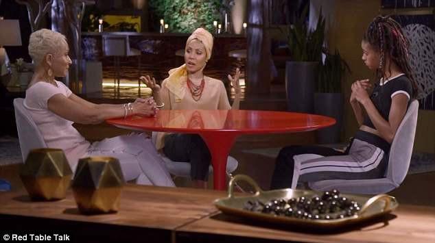 """Seri phim phát trực tuyến """"Red Table Talk"""" được Jada thực hiện với mẹ ruột và con gái của cô."""