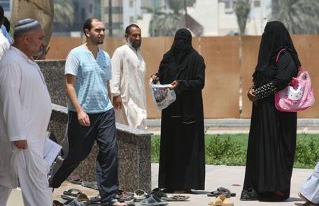 Những người ăn xin đứng hành nghề khắp các con đường tại Dubai. (Nguồn: emirates247)