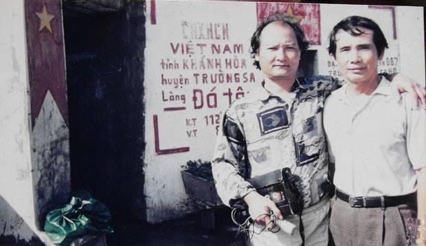 Bác ảnh kỷ niệm của nhạc sĩ Thế Song với nhạc sĩ Lương Nguyên trong chuyến ra thăm đảo Trường Sa năm 2002. Ảnh: Nhạc sĩ Lương Nguyên.