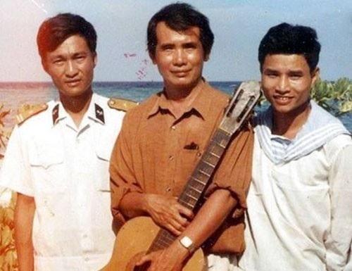 Nhạc sĩ Thế Song (giữa) trong một lần tới Trường Sa.