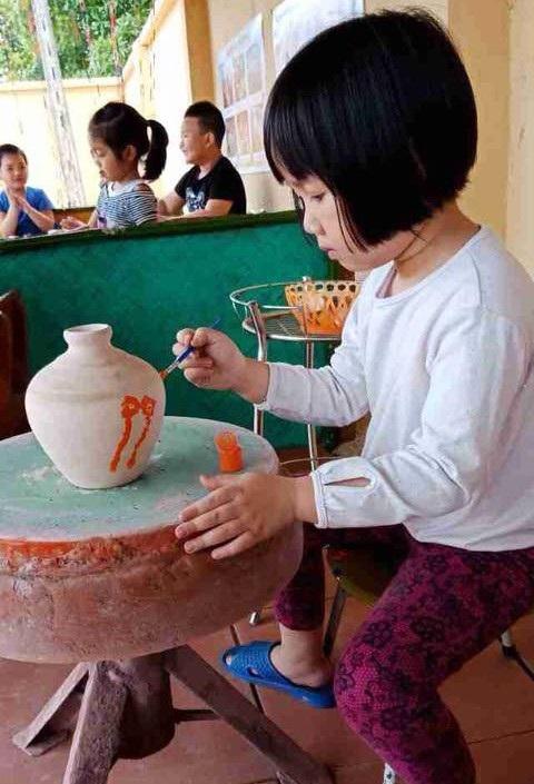 Trẻ học làm gốm ở Trường mầm non Kim Sơn, huyện Đông Triều.